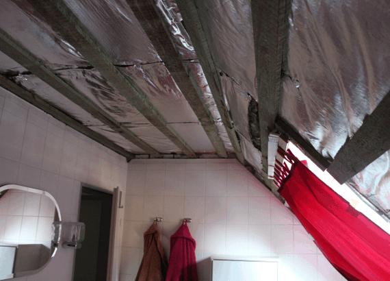 Die Decke im alten Bad wird abgehangen und neu isoliert